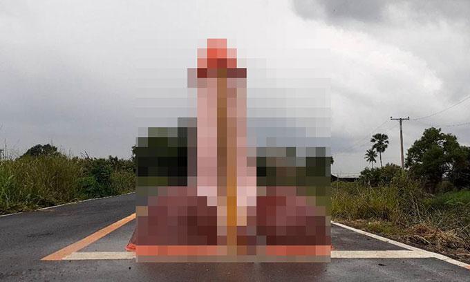 Bức tượng của quý cao hơn đầu người được dựng ở giữa một con đường tại làng Yothaka, tỉnh Chachoengsao, Thái Lan. Ảnh: FB.