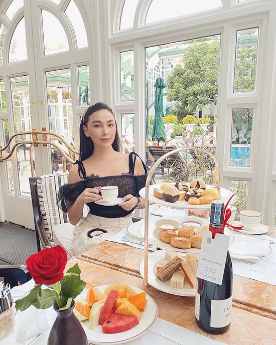 Nàng người mẫu cũng thường xuất hiện xuất hiện ở các khách sạn 5 sao để thưởng trà chiều tao nhã. Khách sạn Metropole Hà Nội hay khách sạn The Reverie Saigon là những địa điểm quen thuộc của Quỳnh Thư.