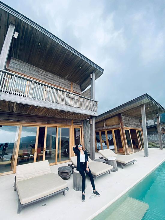 Resort cũng có giá thuê phòng thuộc hàng top đắt đỏ. Thiết kế trang nhã, gần gũi thiên nhiên, toạ lạc ở một khu vực biệt lập, mang tới kỳ nghỉ riêng tư cho du khách. Villa được làm bằng gỗ và các chất liệu thân thiện môi trường và có hồ bơi ngay trước cửa.
