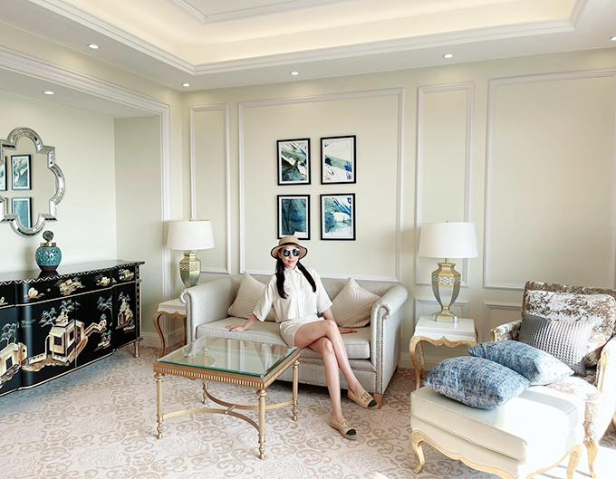Tháng 3, khi hội ngộ cùng hội chị em trong show diễn thời trang tại Phú Quốc, Quỳnh Thư khoe căn phòng nghỉ dưỡng tiện nghi của mình tại Corona Resort & Casino.