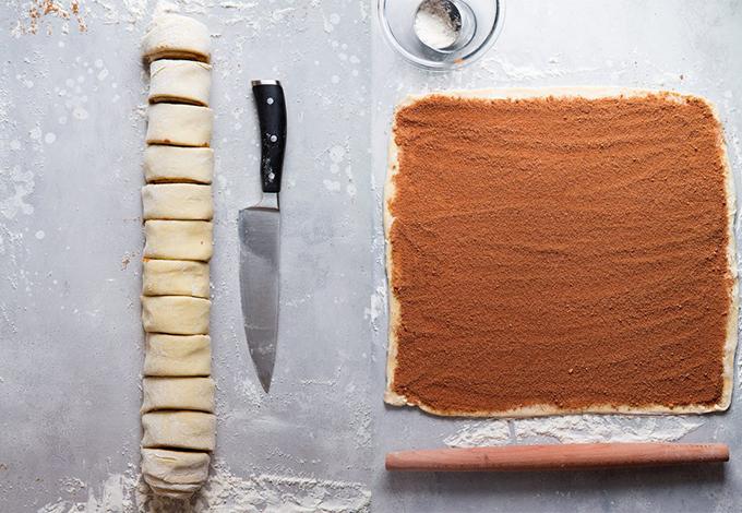 Công đoạn làm bánh khiến Hà Hồ phải thốt lên rằng không biết có ngon không nhưng cực nha. Đầu tiên là đánh đều bột mì, 2 muỗng canh đường trắng, bột nở và muối vào âu lớn rồi dùng tay trộn 3 thìa bơ đã làm mềm vào hỗn hợp bột. Tiếp theo là đánh tan sữa và trứng trong một bát khác; đổ vào hỗn hợp bột bơ và khuấy bằng phới cao su cho đến khi tạo thành một khối bột mềm. Sau đó, lật bột ra một mặt phẳng đã trải sẵn bột và lăn bột thành hình chữ nhật dày 1/4 inch, đánh mịn bề mặt bột với 2 muỗng canh bơ đun chảy, đánh nhuyễn 1/2 cốc đường trắng, đường nâu và quế với nhau trong một cái bát nhỏ.
