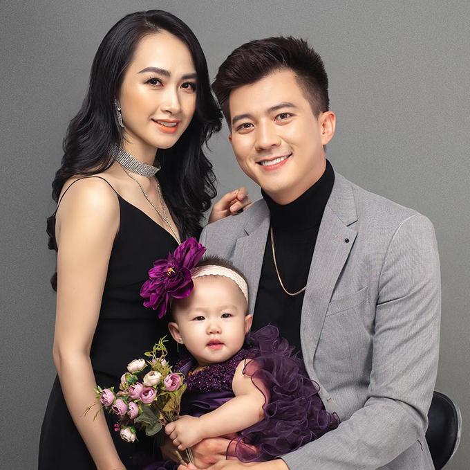 Hà Việt Dũng bên bà xã Hà Nhung và con gái.