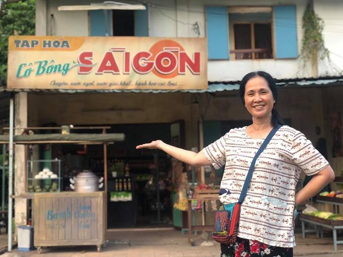 Tiệm tạp hóa Cô Bông là nơi sinh sống và buôn bán của bà Bông (NSND Lan Hương đóng) cùng con trai (Hoàng Phi đóng).