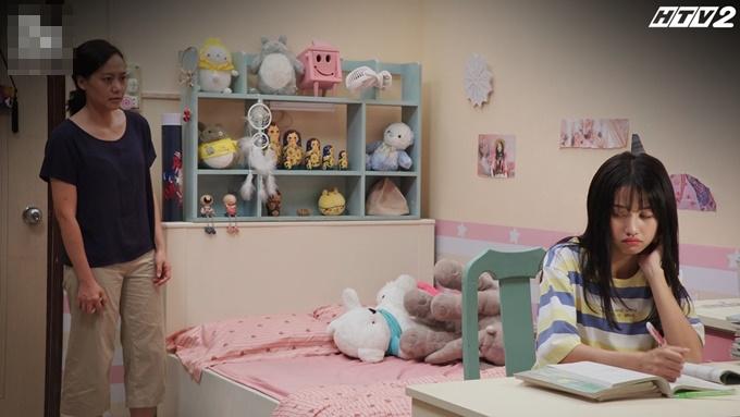 Căn phòng ngập màu hồng và dán nhiều hình ảnh thần tượng Chi Pu của bé Phúc.