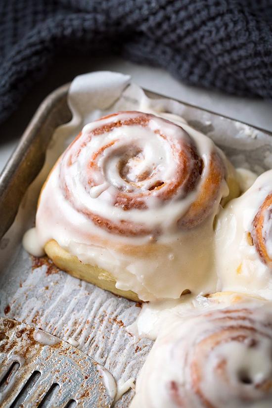 Cuối cùng là lớp sốt mềm mịn, béo ngậy. Phần kem này được làm bằng cách: đánh tan đường, phô mai kem, 1/4 cốc bơ đã làm mềm và vani trong một cái bát cho đến khi bọt mịn. Chiếc bánh ngon xỉu, đến mức mẹ của Hồ Ngọc Hà ăn một lúc 4-5 chiếc.