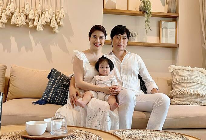 Vợ chồng Pha Lê và con gái.