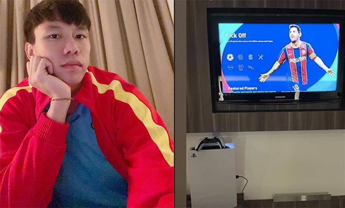 Quế Ngọc Hải khoe được Công Phượng để lại chiếc máy PS5 để giải trí trong thời gian chờ sang Thái Lan.