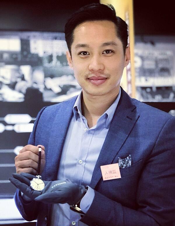 Về công việc, John Từ kinh doanh lĩnh vực đồng hồ.