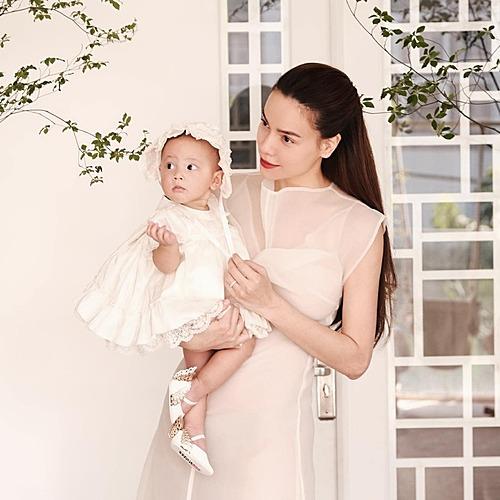 Bé Lisa - con gái Hồ Ngọc Hà - làm điệu khi pose ảnh bên mẹ.