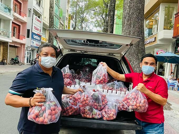 MC Quyền Linh cùng những người bạn tặng hàng trăm kg vải tới những khu vực đang bị cách ly.