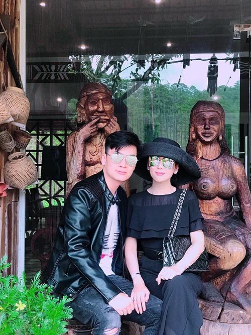 Ca sĩ Lâm Khánh Chi tình tứ bên ông xã Phi Hùng.