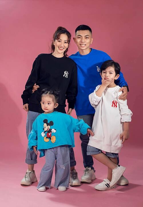 Hai nhóc tỳ nhà Khánh Thi - Phan Hiển lí lắc khi diện áo của bố mẹ.
