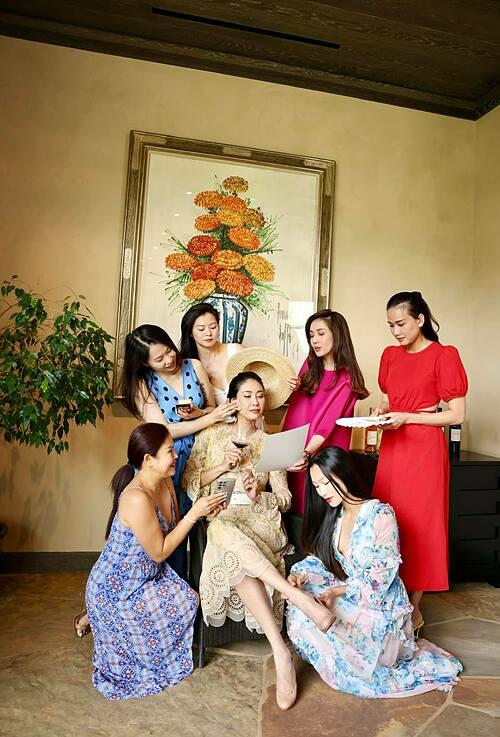Hoa hậu Hà Kiều Anh trong style chụp ảnh một phút được làm công chúa bên những người bạn tại Mỹ.