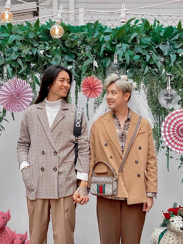 BB Trần (trái) - Quang Lâm quen nhau vào năm 2013 qua một ứng dụng hẹn hò. Tình cảm của cả hai ngày càng phát triển và đã dọn về sống chung. Họ cũng cởi mở chia sẻ mối quan hệ với khán giả.
