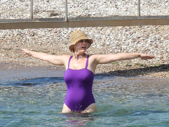 Katy Perry tận hưởng làn nước xanh Địa Trung Hải. Nữ ca sĩ 36 tuổi đang dần về lại dáng sau sinh. Katy cho biết cô không dễ giảm cân như nhiều bà mẹ bỉm sữa khác dù đã chăm chỉ tập luyện, tuy nhiên cô cũng không sốt ruột về điều đó.