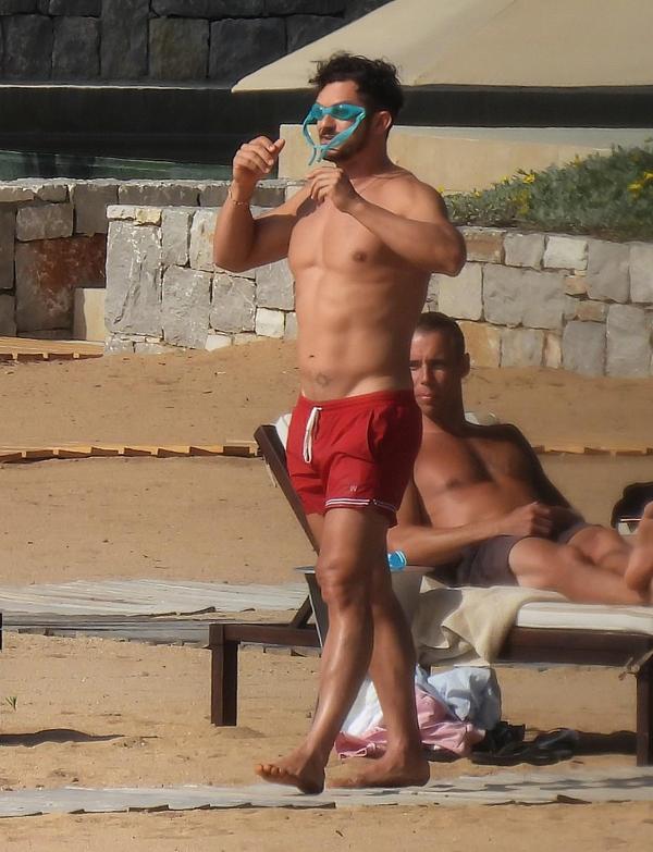 Orlando Bloom luôn giữ được phong độ dù đã ở tuổi 44. Tài tử Chúa nhẫn chăm tập luyện và đi bơi thường xuyên.