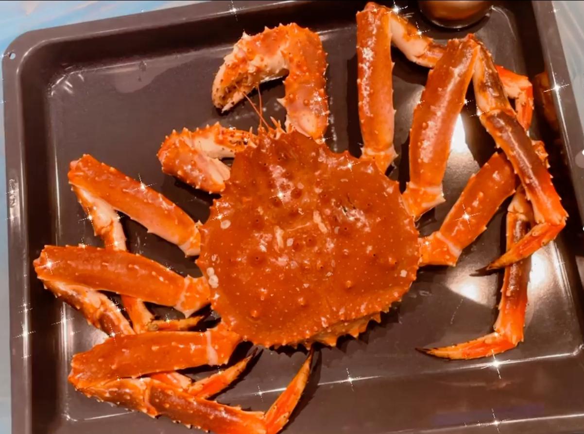 Tiệc hải sản đắt tiền nhà Tóc Tiên