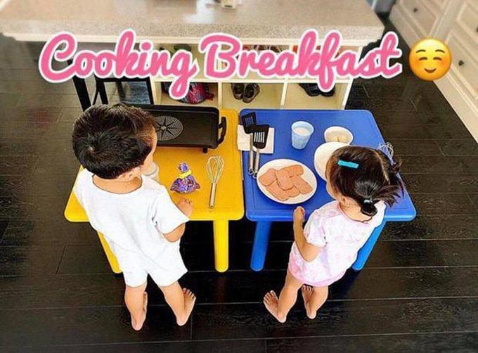 Hai em được trang bị đầy đủ các đồ nghề, hướng dẫn kỹ lưỡng để tự làm bữa sáng cho mình. Với cách dạy con của mình, Tăng Thanh Hà hay nhận được nhiều lời khen ngợi từ fan và được các bậc phụ huynh đồng tình.