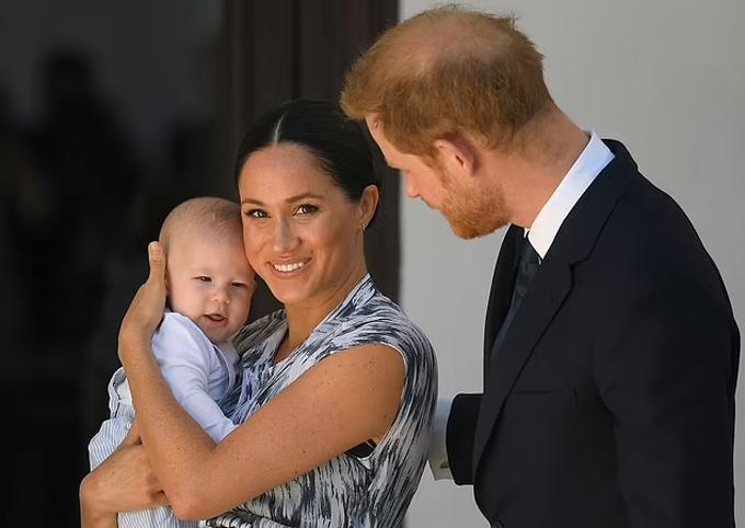 Vợ chồng Harry - Meghan bế Archie khi công du Nam Phi hồi mùa thu 2019. Ảnh: PA.