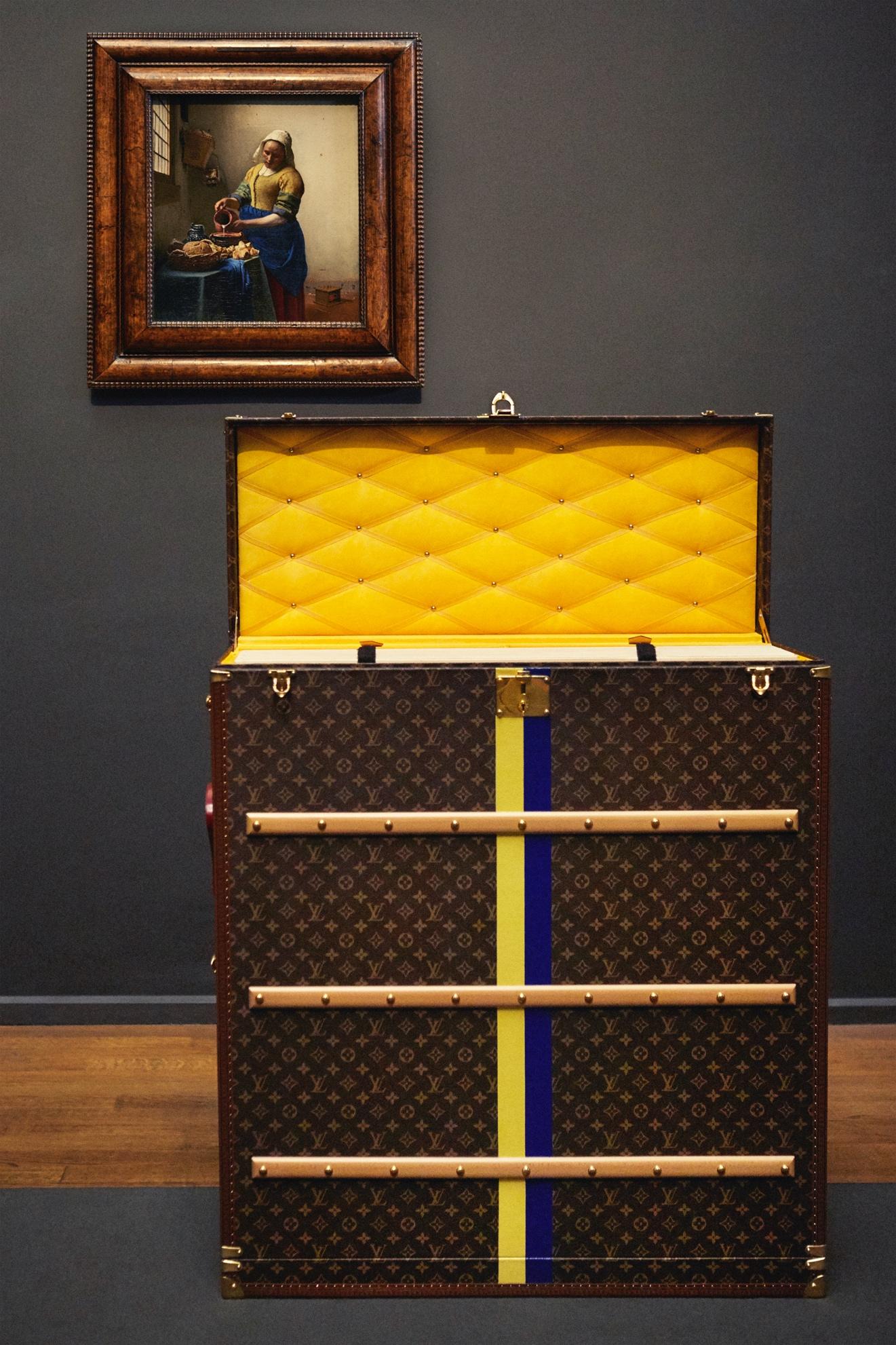 Ngày nay, nhà mốt không ngừng phát triển di sản, với những thiết kế mới ấn tượng và độc đáo. Rương có thể được sử dụng như món đồ nội thất, vật lưu giữ kỷ niệm hay món quà mang ý nghĩa kế thừa qua các thế hệ. Mỗi chiếc vali treo trong góc nhà, rương đựng mũ, chứa hoa hay trà... đều khác biệt và tinh xảo. Hình thức và chức năng của vali du lịch từ lâu đã vượt qua ý nghĩa của hòm đựng đồ đơn thuần và trở thành cơ hội để Louis Vuitton đối thoại với kiến trúc và không gian sống đương đại. Trong ảnh là chiếc rương được sản xuất để vận chuyển bức tranh Người hầu gái của Johannes Vermeer.