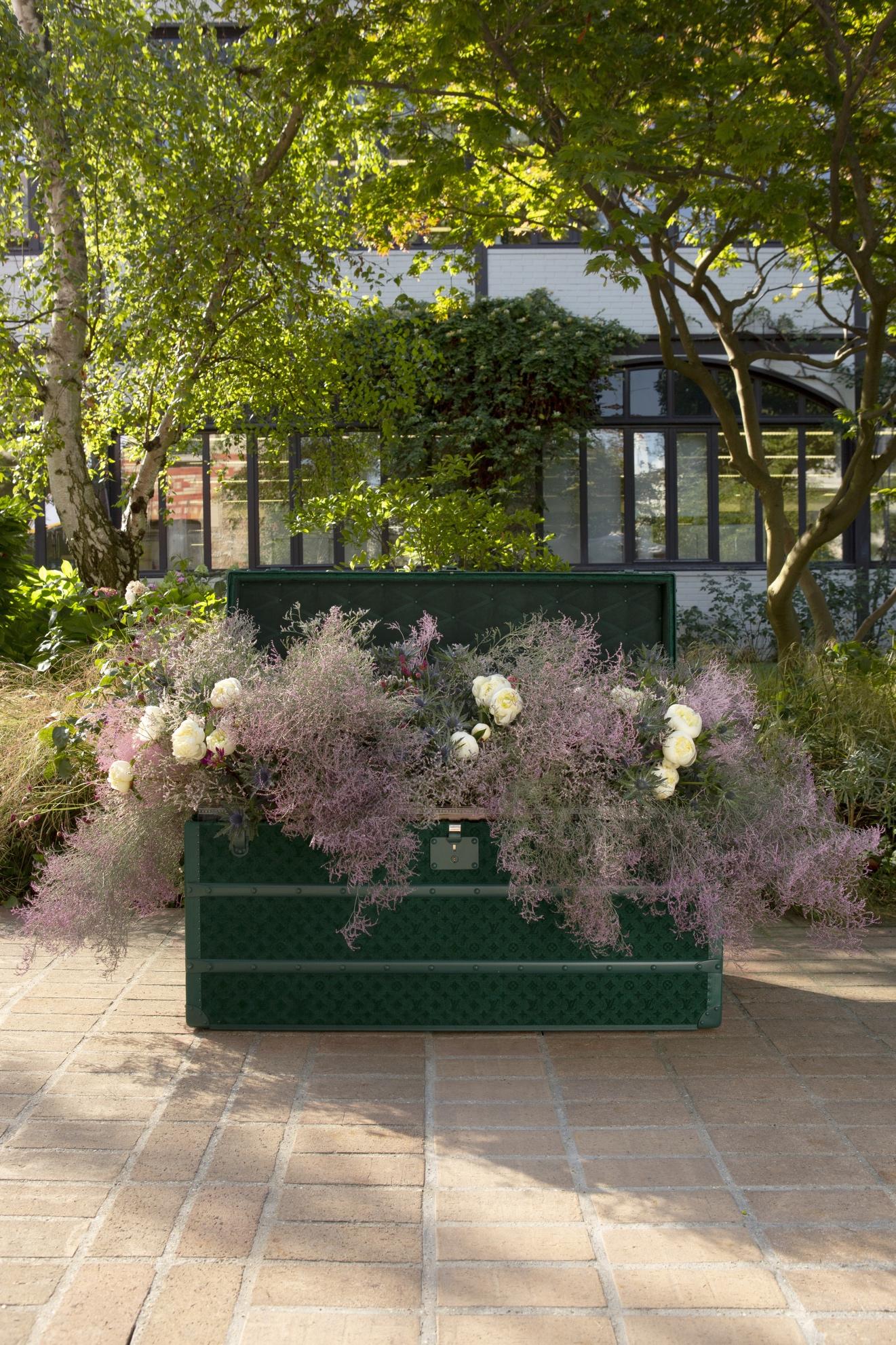 Malle Fleurs - rương được trang trí đặc biệt với hoa tươi, nét văn hóa truyền cảm hứng, có thể cho hoa, nước hoặc đất vào khay mà không bị hỏng.