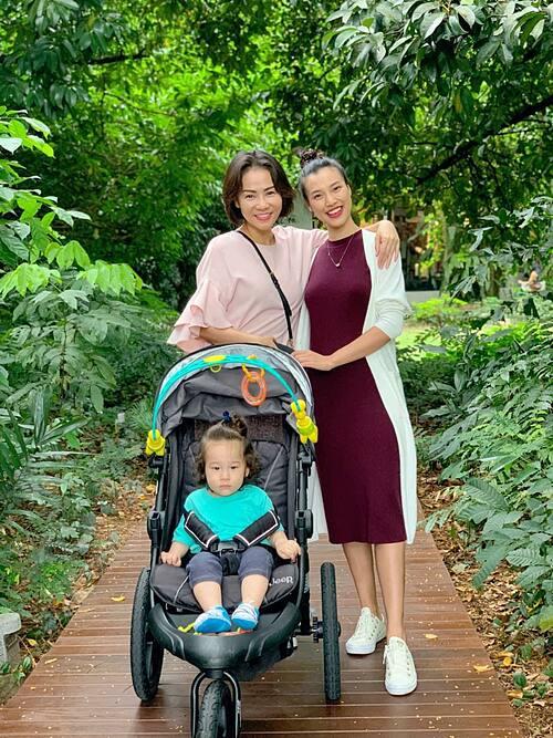MC Hoàng Oanh đưa con trai đi chơi cùng ca sĩ Thu Minh tại Singapore.