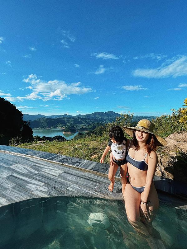 Điểm check in mà gia đình Mi Vân thích nhất là hồ bơi vô cực, nơi có thể ngắm nhìn toàn bộ thung lũng. Lòng hồ phía dưới nổi lên những hòn đảo lớn nhỏ, được mệnh danh là Hạ Long ở trên cao.