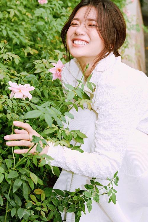 Hoàng Yến Chibi tươi rói bên hoa.