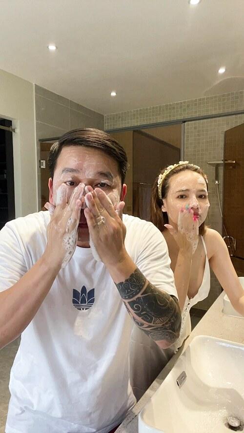 Lê Hoàng (The Men) than: Từ ngày ở nhà vợ bắt làm gì cũng phải làm chung, kể cả rửa mặt.