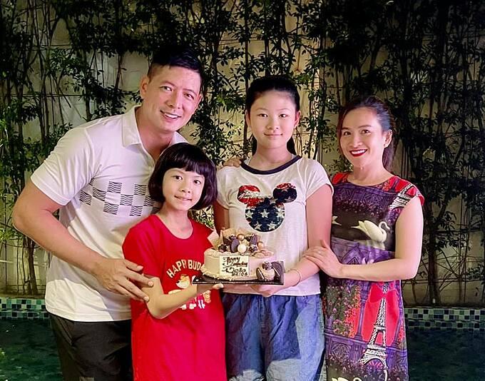 Bé An Như tròn 9 tuổi trong tiệc sinh nhật bên bố mẹ và chị gái An Nhiên. Cô bé được nhận xét giống hệt bố.