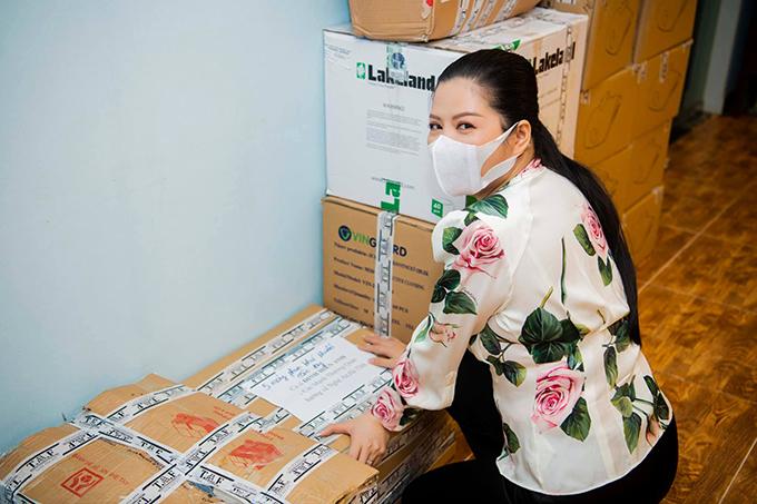 Ca sĩ Đinh Hiền Anh cùng hàng cứu trợ gửi thành phố Vinh.