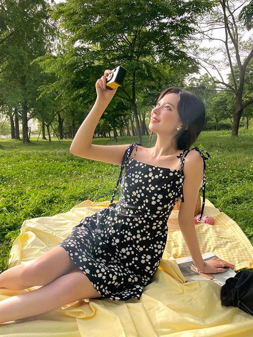 Váy hoa cho mùa hè được thiết kế đa dạng về kiểu dáng để người mặc thoả sức chọn lựa trang phục phù hợp với từng bối cảnh.