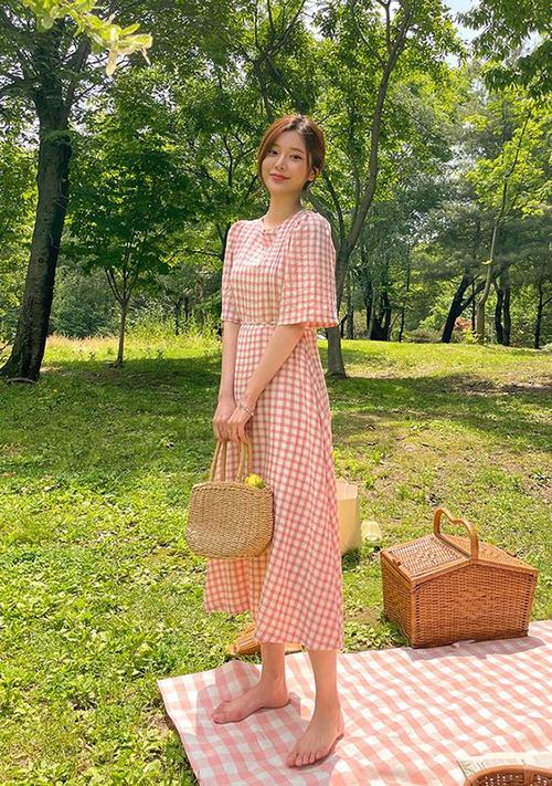 Váy liền thân, dáng cổ điển là trang phục vô cùng quen thuộc của các nàng mê phong cách vintage. Qua nhiều mùa thời trang, nó vẫn khẳng định được vị trí của mình trong xu hướng mới.