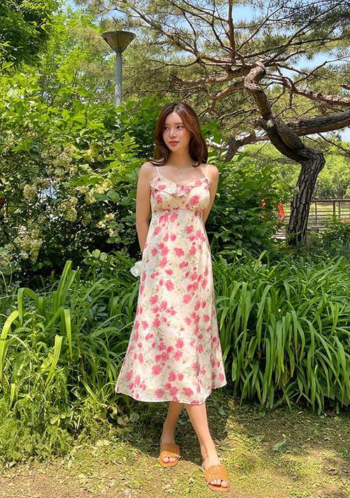 Cùng với đầm kẻ sọc ca rô tôn nét trẻ trung là váy hai dây trang trí hoạ tiết hoa hồng vừa giúp người mặc nổi bật vừa tôn vẻ đẹp nữ tính.