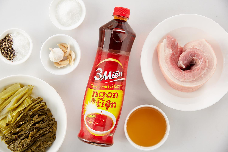 Nguyên liệu cho món thịt rang cháy cạnh kết hợp với dưa cải muối của Tuyết Phạm. Ảnh: Luận Nguyễn.