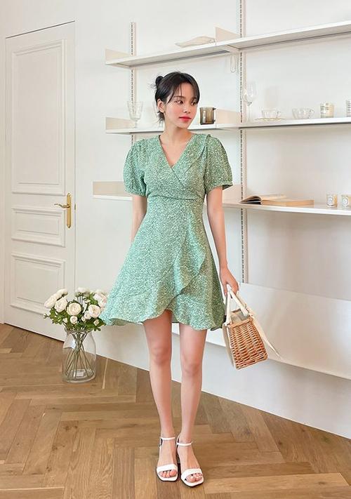 Đầm vạt quấn tiếp tục được lăng xê ở mùa hè năm nay. Bên cạnh chi tiết draping quên thuộc là sự mới mẻ về hoạ tiết và màu sắc bắt mắt.