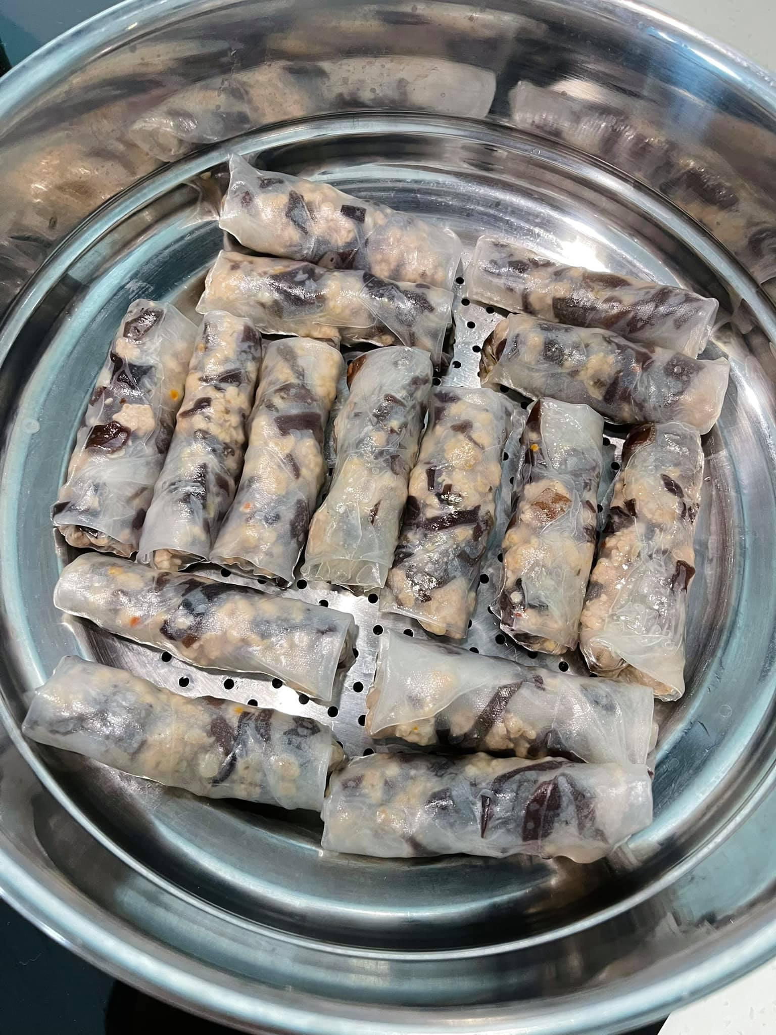 Nồi bánh cuốn hấp của Minh Triệu.