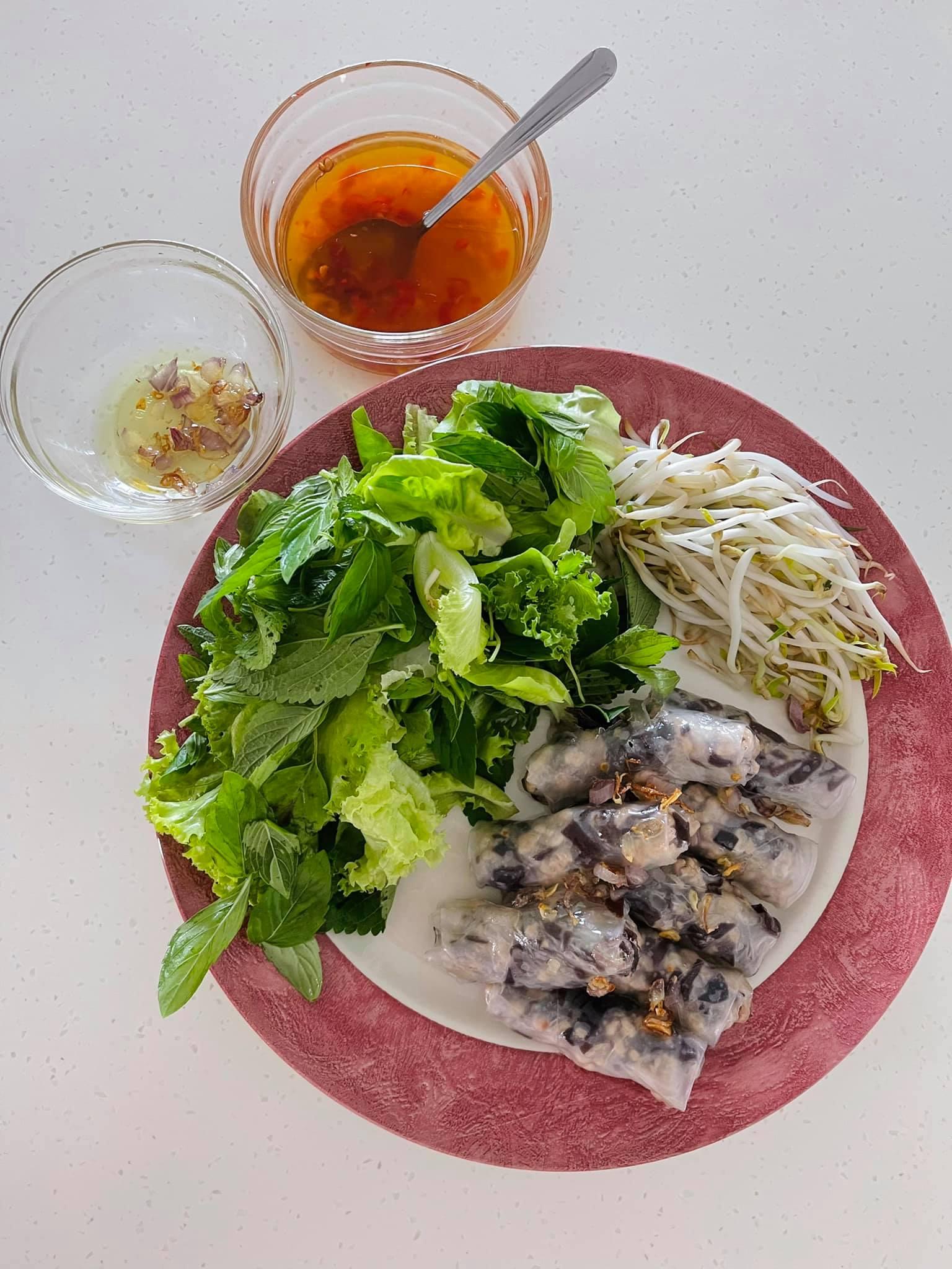 Bánh cuốn ăn với nước mắm, rau sống của siêu mẫu.