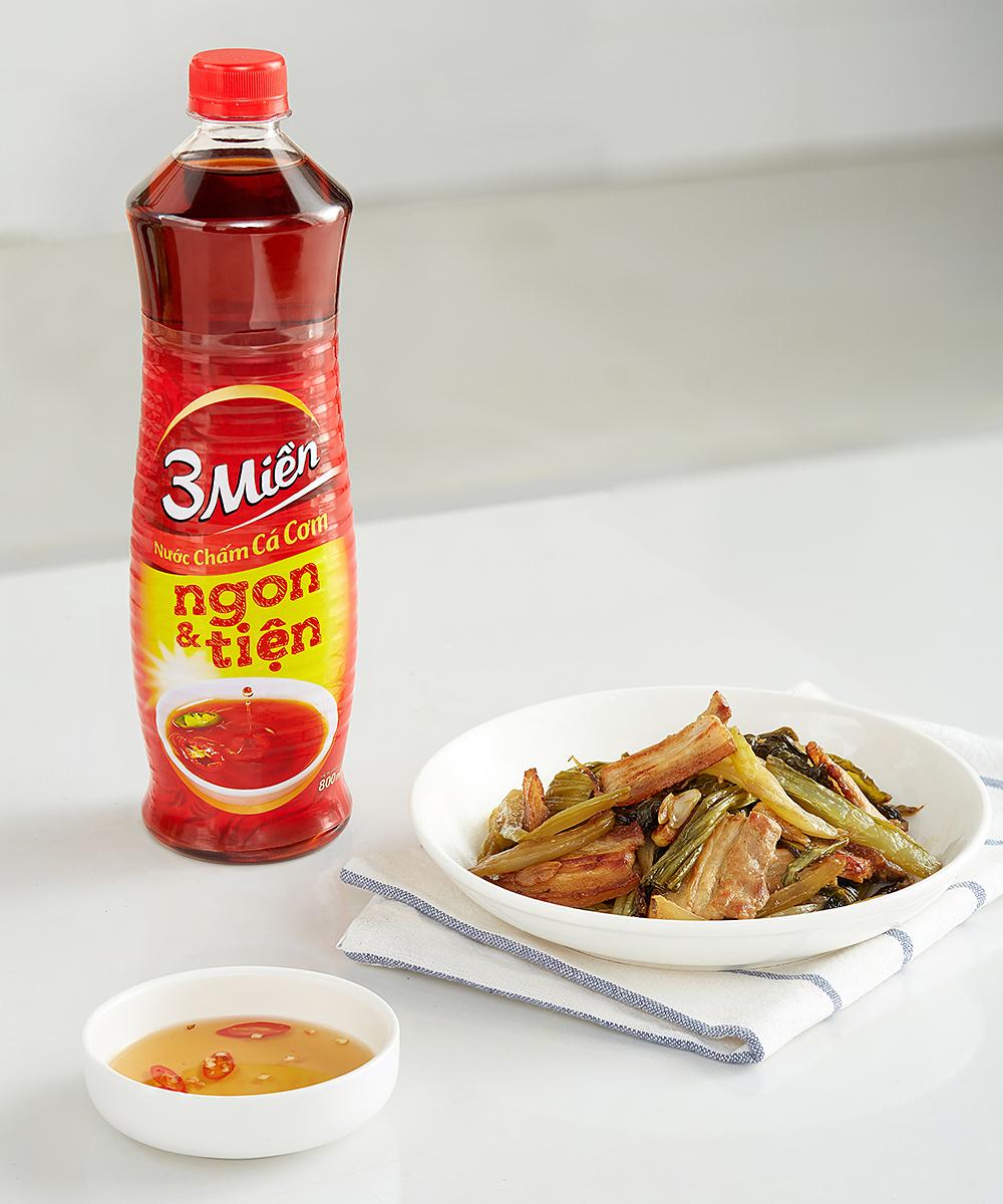 Món thịt rang cháy cạnh kết hợp với dưa cải muối của Tuyết Phạm. Ảnh: Luận Nguyễn.