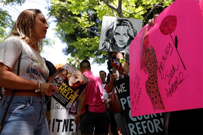 Fan của Britney đứng ngoài tòa án nơi diễn ra phiên xử hôm 23/6. Phong trào Free Britney của người hâm mộ lan tỏa mạnh mẽ từ năm 2019 đã tạo động lực để Britney chiến đấu chống lại quyền bảo hộ.