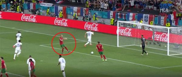 Pepe bực mình sau khi Benzema sút lưới Bồ Đào Nha vì thủ môn đồng đội không nghe mách nước của anh. Ảnh: The Sun.