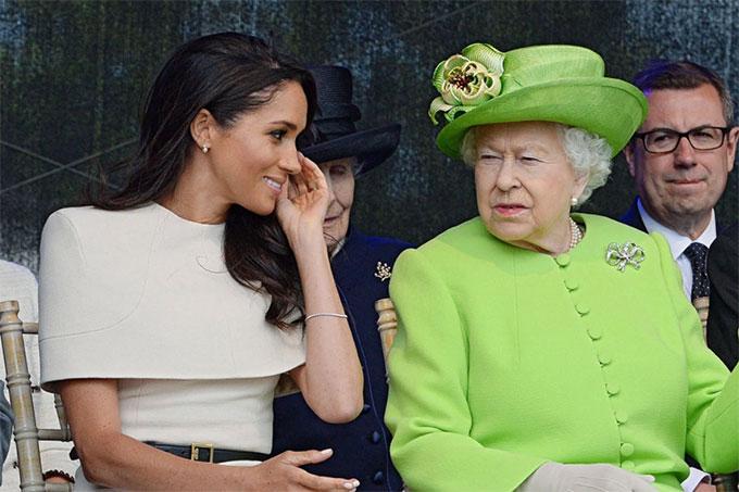 Nữ hoàng và Meghan trong chuyến thăm hạt Cheshire hồi tháng 6/2018. Ảnh: PA.
