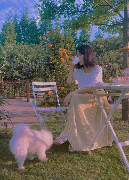 Vườn nhà còn là nơi để mẹ con Hinh Dư thưởng trà chiều, ngắm hoa trong vườn. Mẹ cô cũng hỗ trợ con gái chăm sóc vườn tược.