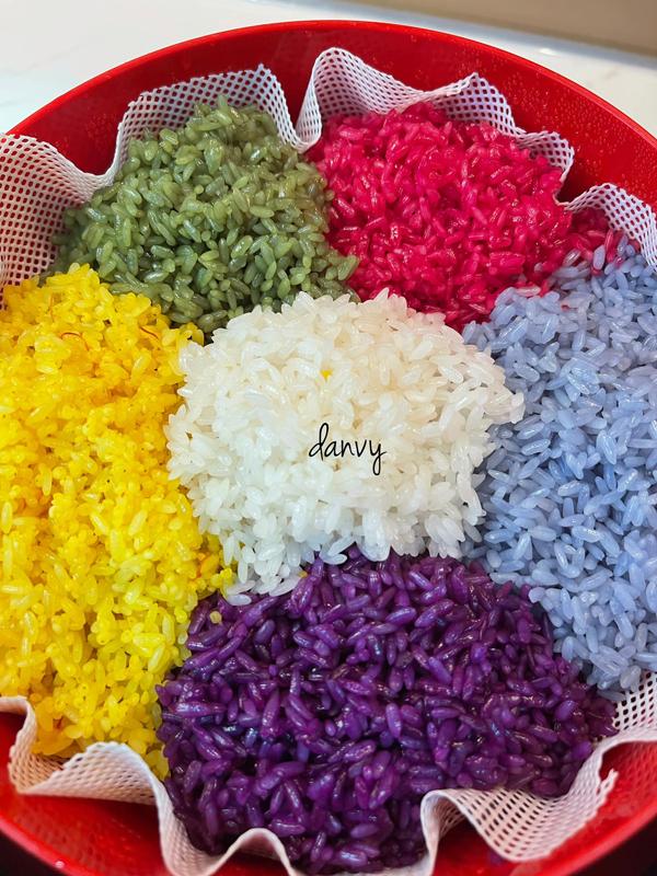 Khi xếp nếp vào xửng hấp, hãy xếp mỗi góc một màu để món ăn hấp dẫn hơn. Màu lên đẹp, đều, đậm màu, không bị chỗ đậm chỗ nhạt, hạt xôi óng ả.