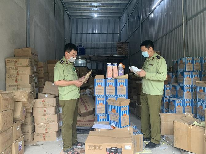 Đội QLTT đang tiến hành đối chiếu hóa đơn được cơ sở cung cấp để xác minh nguồn gốc nhập khẩu.