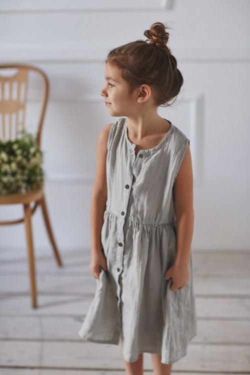 Trang phục mặc ở nhà vào mùa nắng của các bé gái được thiết kế đơn giản dựa trên phom váy cổ điển, tông màu nhẹ nhàng tạo cảm giác dịu mắt.