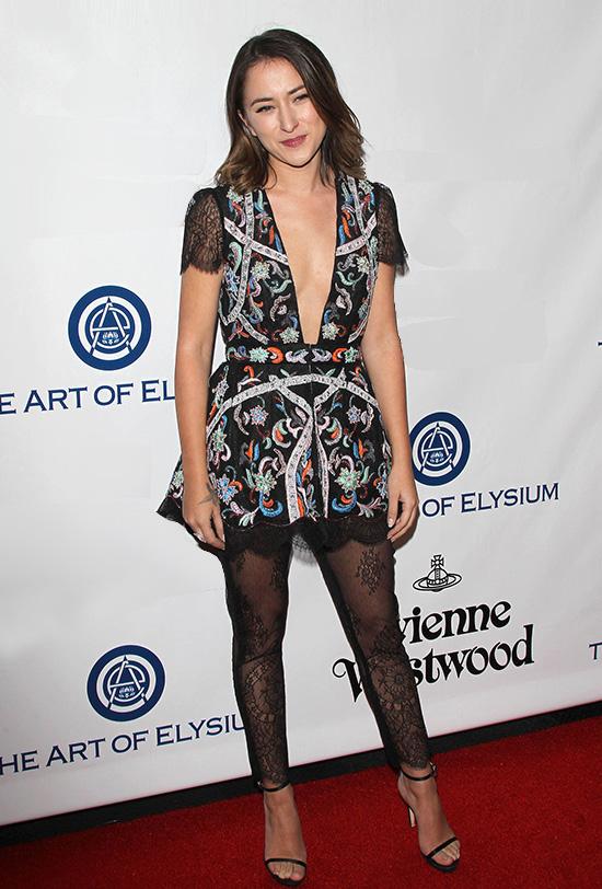 Legging renĐối với nhiều người, legging chất liệu ren hoặc màu nổi trông thật kỳ quặc và không phù hợp tổng thể diện mạo trong hầu hết trường hợp. Tuy nhiên, vào thập niên 2000, nó lại biến người mặc thành cô gái thời trang nhất nhóm.