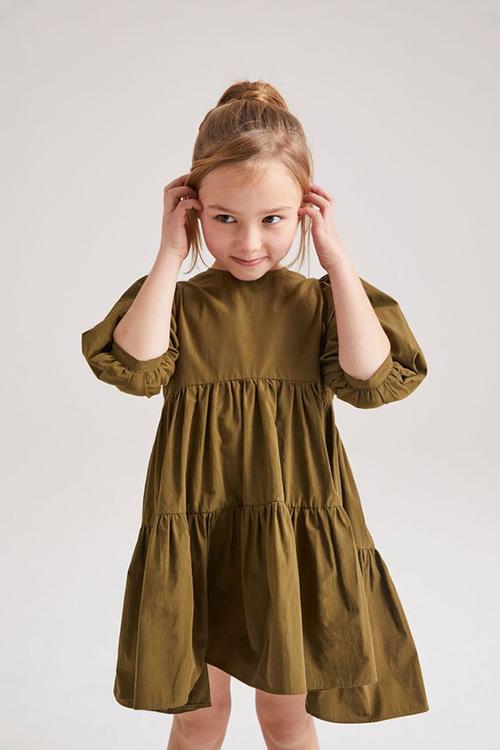 Những mẫu váy không kén dáng sẽ giúp các nhóc tỳ thoải mái nô đồ, vui chơi khi ở nhà tránh dịch.