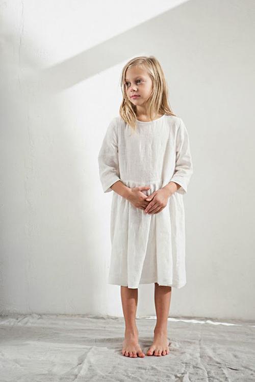 Vải linen trắng kem, dáng vintage quen thuộc với các nàng mê dòng thời trang hoài cổ cũng được áp dụng cho váy áo thiếu nhi.