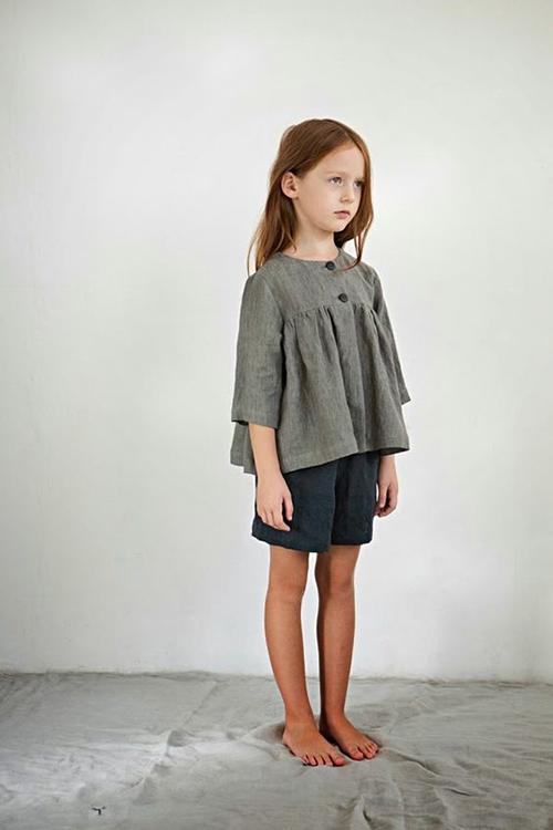Áo cổ điển xinh xắn với phần tạo phom đặc trưng, cổ tròn và phần thân theo hướng cánh bướm. Mẫu trang phục này có thể kết hợp cùng quần short, chân váy chữ A và váy midi.